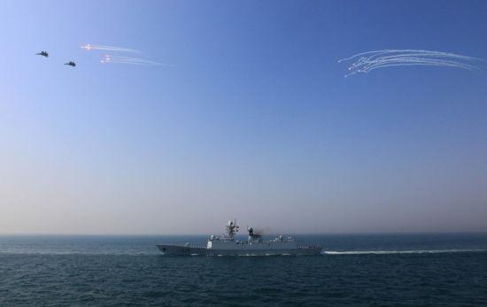 资料图:4月26日,参加中俄军演阅兵式的529号护卫舰和苏-30战机接收检阅。