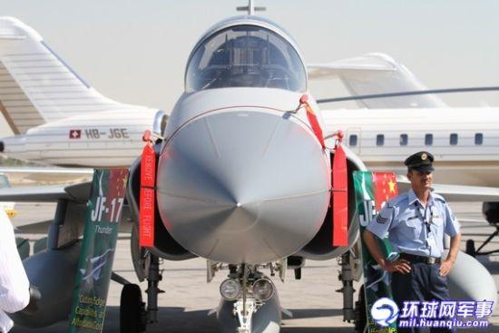2011迪拜航展上的巴基斯坦空军所属JF-17(枭龙)战机 摄影 张加军