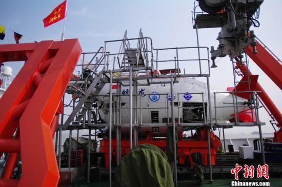 """6月3日上午,""""向阳红09""""试验母船搭载蛟龙号载人潜水器从无锡江阴苏南国际码头起航。"""