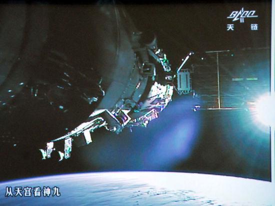 神舟九号与天宫一号组合体迎着太阳飞行,场面壮观,犹如观看科幻大片。新华网 翟子赫 摄