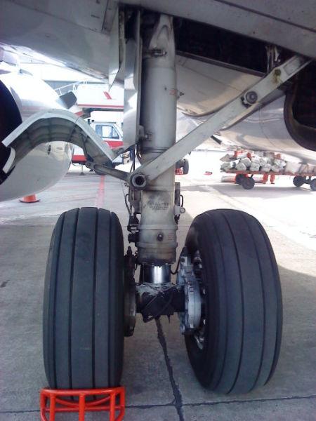 飞机落地后,需要长时间停留。这时需要把飞机的刹车调整到停留刹车位。