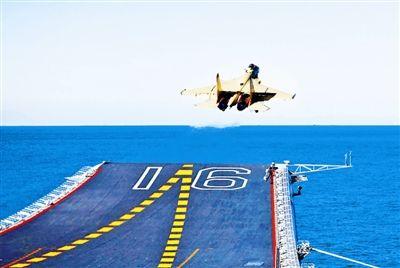 图1:歼―15飞机顺利着舰。胡锴冰摄