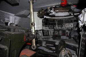 从炮长坐席观察车长坐席
