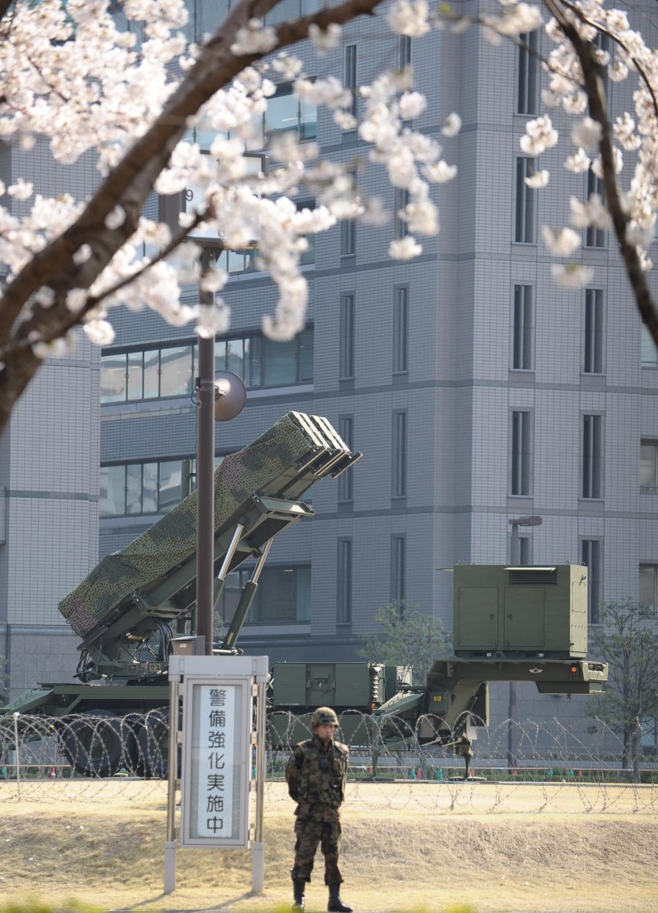 """4月9日,""""爱国者3""""型导弹发射装置停放在日本东京的防卫省总部运动场内。日本防卫省9日表示,为了应对朝鲜发射卫星,日本已经完成""""爱国者3""""型导弹在全国的部署工作。"""