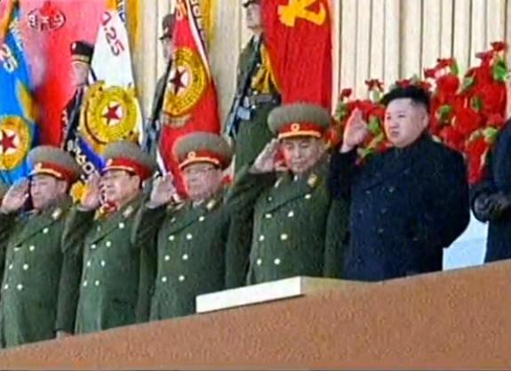 金正恩与朝军高官检阅部队