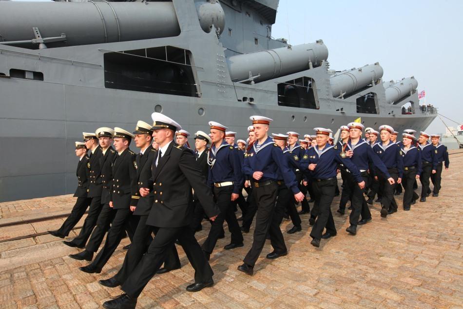 """俄""""瓦良格""""号导弹巡洋舰官兵列队走过"""