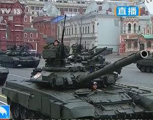 俄T-90主战坦克通过红场接受检阅