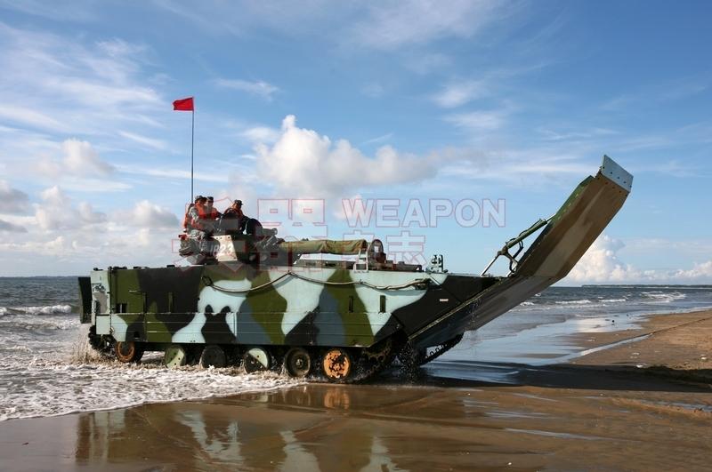 开上滩头的05式两栖步战车,车首前滑板处于打开状态