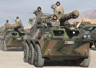 解放军出动轮式突击炮参加上合反恐军演