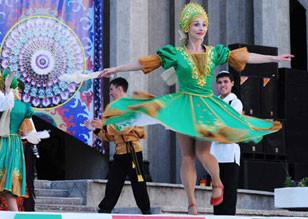 文工团慰问上合参演部队 俄女演员献舞