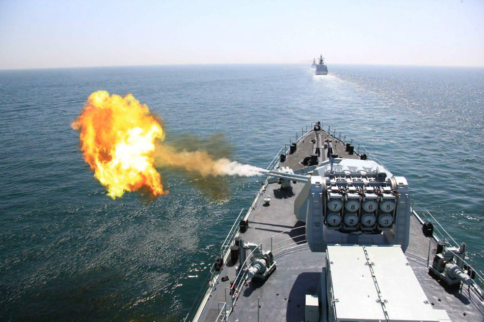 中俄海上联合军演我哈尔滨舰主炮射击