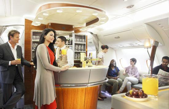 阿联酋航空A380上层机舱设有头等及商务舱专属酒廊,乘客可免费品尝世界名酒及各色开胃小食