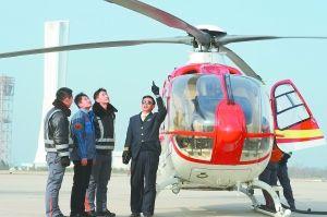 """昨天,首航直升机华北地区首架VIP型EC135直升机正式交付,同时,华北首家直升机私用驾驶员执照培训机构的首批""""私照""""学员也一起亮相。本报记者 李继辉摄"""
