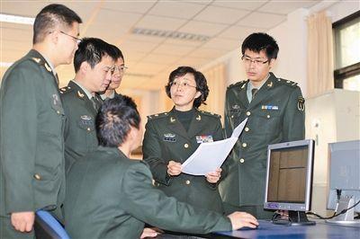 上图:李贤玉(右二)与课题组交流 闫丽涛摄