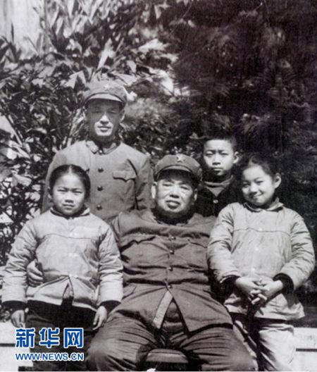 许世友将军与长子许光、孙子许道仑、孙女许道江、许道海在广州