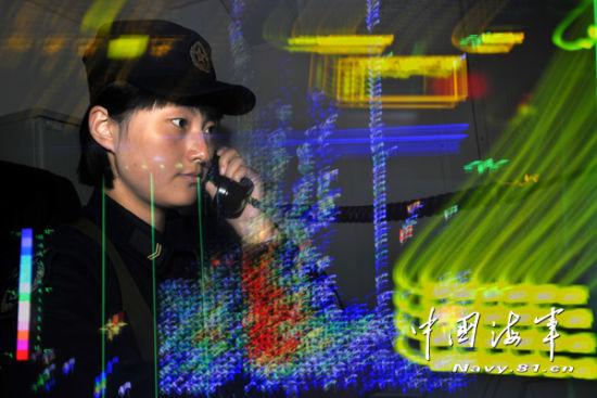 舰员孔祥云在某海域训练值班 王长松摄影