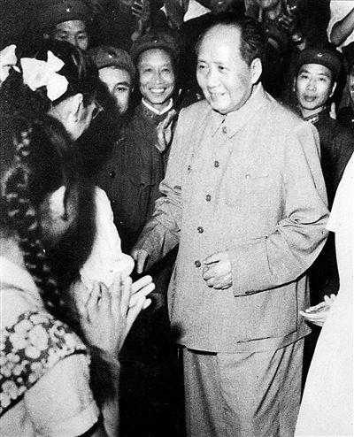 1963年8月1日,毛泽东主席在中南海怀仁堂观看话剧《雷锋》,并亲切接见