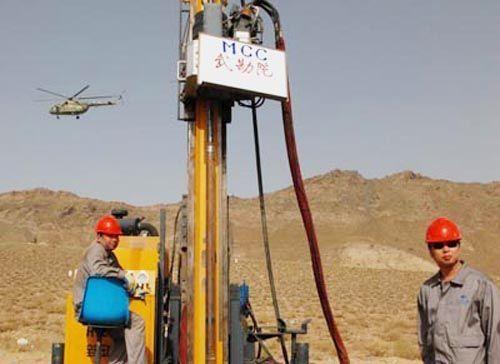 在阿富汗艾娜克铜矿勘探的中国工人