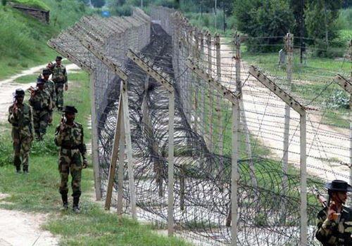 资料图:中印边境线一侧巡逻的印度军队