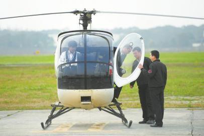 3月4日,中国民航飞行学院新津分院里一轮飞行训练结束后,飞机交给下一组学员训练。
