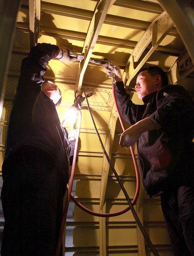 图为部装15厂职工正在加班大干。