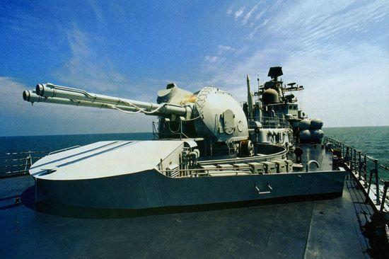中国的武器进口主要来源是俄罗斯。 图为中国海军装备的俄制现代级导弹驱逐舰。