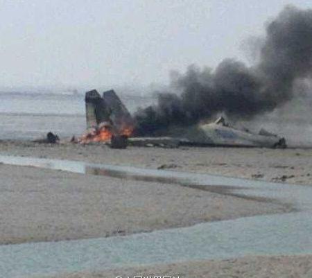 失事现场照片,显示飞机座舱已打开,飞行员或已弹射
