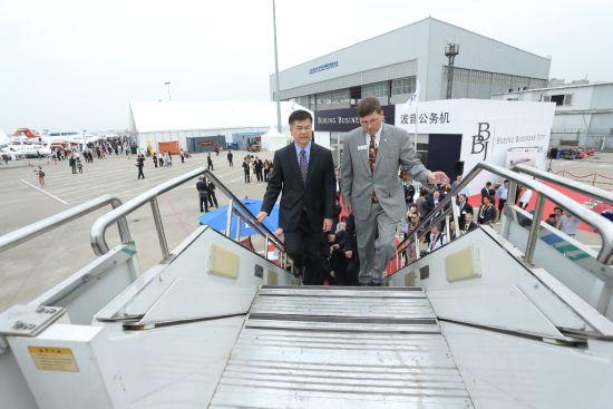美国驻华大使骆家辉参观波音公务。