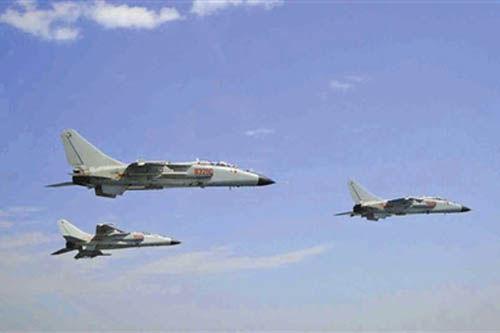 """参加南海军演的海军航空兵""""飞豹""""机群。(资料图)"""