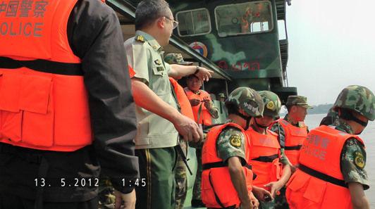 在老挝孟莫码头,警方准备前往事发水域