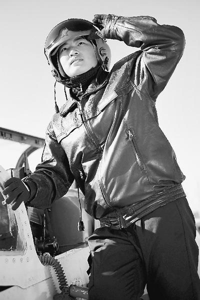 飞行学员白雪在高教机前留影。董亚新摄
