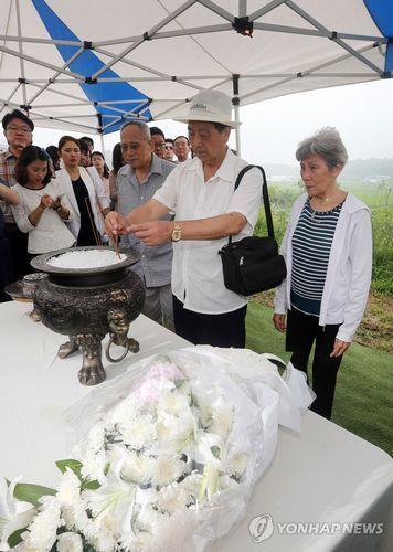 三名参加过朝鲜战争的中国老兵访问了位于韩国京畿道坡州市的公共墓地,参拜了阵亡战友的墓地。
