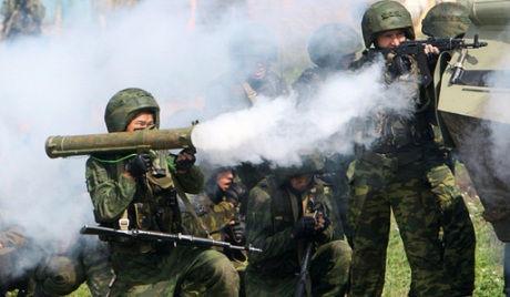 中俄两国联演部队成功占领了假定恐怖分子的基地。(资料图)