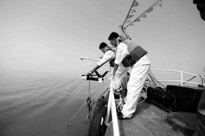 昨天,勘测船在滇池下放侧扫声呐。