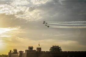 百年灵喷气机队飞越嘉峪关关城