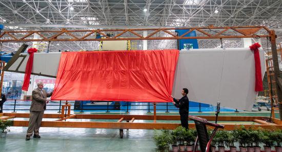 新闻图片_波音民机集团787方向舵项目代表肯・恩奎斯特和中航工业成飞民机员工代表王运宽为首架纯中国制造波音787-9方向舵揭幕