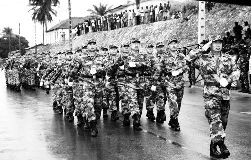 穿着07式军靴的中国援非军人接受检阅