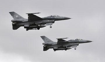 资料图:台湾空军一架F-16A和一架F-16B同时起飞