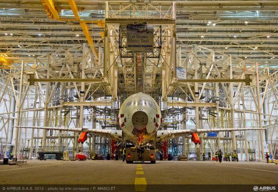 空客A350XWB静力试验平台被运送到厂房中