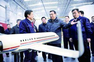 研发人员送给总理一款先进飞机的模型
