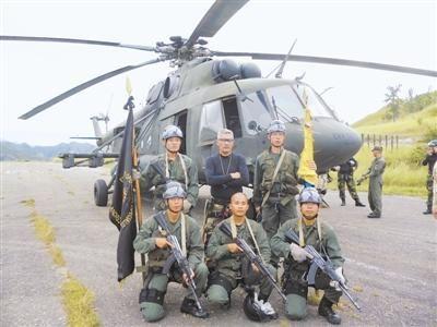 冷代君(后排左一)与教官、队友合影。照片由作者提供