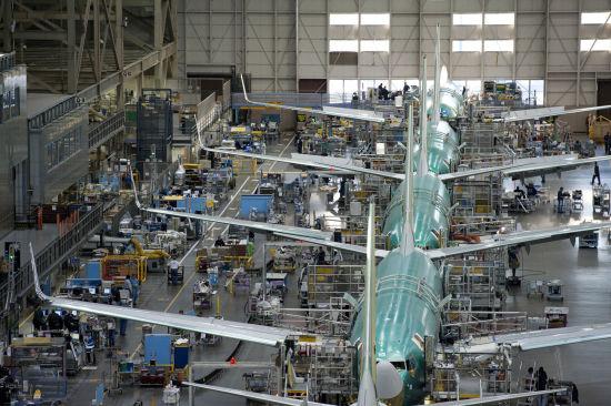 新浪航空讯 2014年2月7日,华盛顿州伦顿波音本周开始组装首架以每月42架速度生产的新一代737。自2010年以来,737的产能已经增加了33%,从每月31.5架上升到每月42架,达到了新的最高水平。   本周三上午,机械师们在一台自动翼梁组装机上安装了翼梁的首批零件。翼梁是支撑机翼的结构,其开工意味着机翼制造的开端,也是伦顿工厂中飞机组装的第一步。   波音民用飞机集团737项目副总裁兼总经理贝弗利怀斯(Beverly Wyse)表示:产能的再次提升体现了我们尽快向客户交付这种全球最畅销飞机