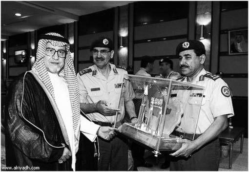沙特前防长法赫德王子接受一个装有导弹模型的玻璃箱