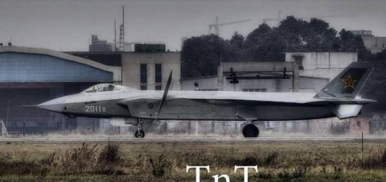 2011号歼-20在进行鸭翼转动测试