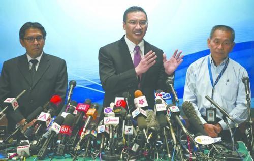 13日,希沙慕丁(中)与马航CEO(右)出席记者会。