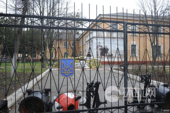 克里米亚首府一处乌军司令部以及司令部外的俄军特战队。