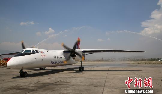 图为中国交付尼泊尔首架新舟60客机飞抵加德满都。符永康 摄