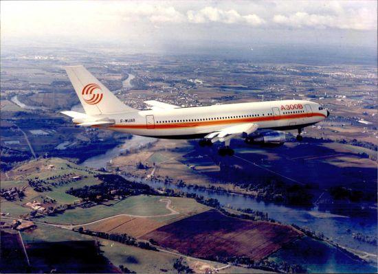 新浪航空讯 2014年5月10日,空中客车公司迎来了其生产的第一款飞机A300系列交付使用40周年纪念日。1974年5月10日,法国航空公司作为启动用户接收了世界上第一架A300B飞机。   A300是世界上第一款双发宽体客机、第一款采用双人机组的客机、第一种安装翼梢小翼的客机无数的第一证明了从建立之初,空中客车就一直专注于创新。今天,空中客车已经成长为世界领先的航空制造企业。   A300项目的成功以及空客从那时起就一直秉承的创新理念是空客成功的基石。   自从1974年以来,空客一共生产了8