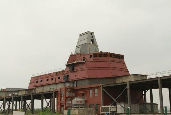 资料图:武汉某处出现了一栋疑似驱逐舰上层建筑和桅杆的神秘建筑,疑似055级新大驱一体隐身桅杆