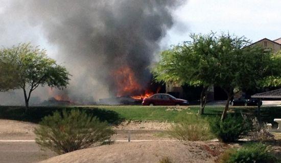 当地时间2014年6月4日,美国加利福尼亚州帝王谷,一架军用飞机在一处居民区内坠毁,并使得附近民宅发生火灾,飞行员已跳伞逃生。